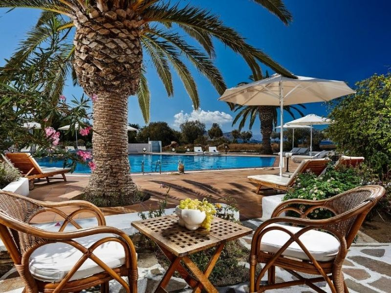 The Galaxy Hotel has a beautiful resort style and is close to Agios Georgios  beach.